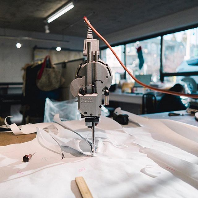 Who knows what this little machine does? Tell us your guesses in the comments! Hehe! 😆😎 . . . #fashionschool #thecutfashiondesignacademy #fashiondesignstudent #thecutfashionacademy #fashiondesigner #vancouverfashion #vancouverbc #kitsilano #sewingproject #patternmaking
