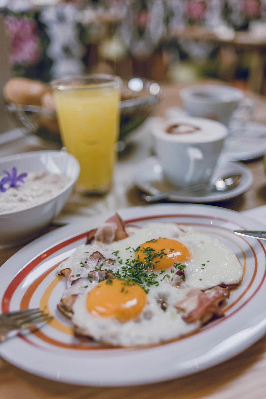 Frühstücks-buffet Fotos - Zeigen sie dem gast das Angebot