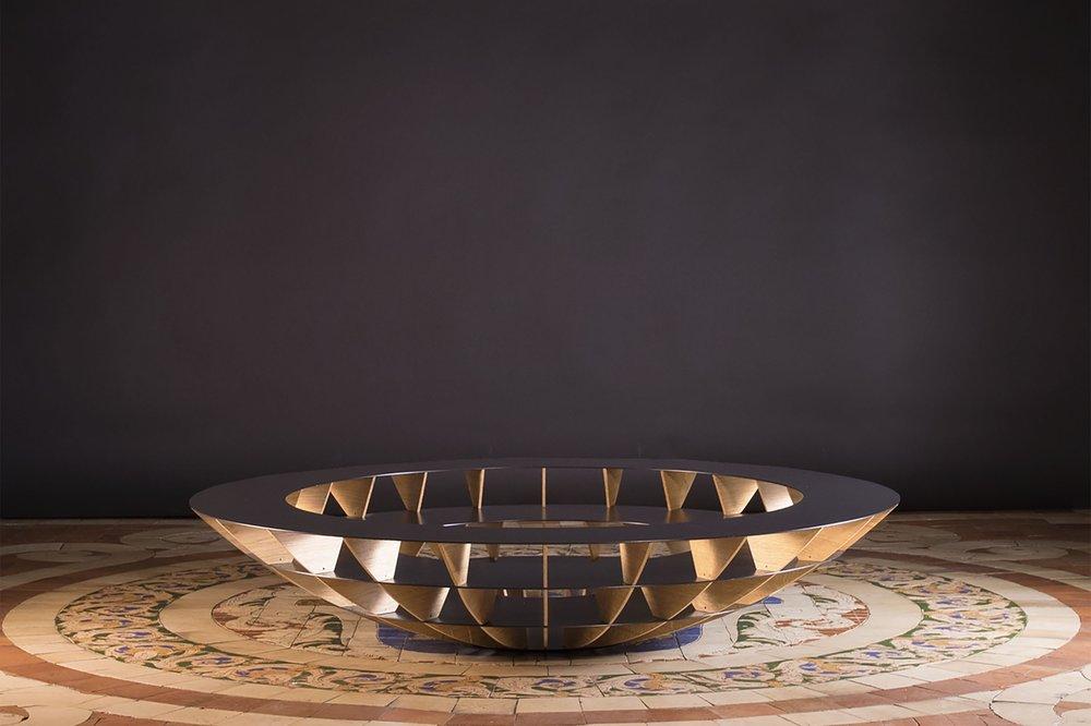 Grande table basse ronde en bois et en métal  Objets architecturaux