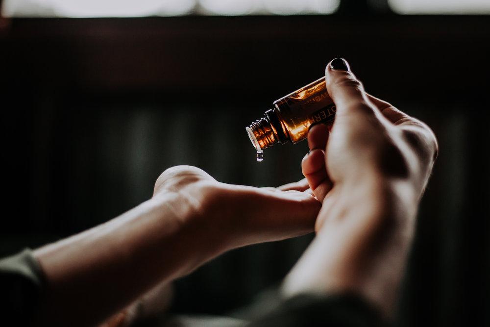 """""""Eteriska oljor ingår som en viktig del i våra behandlingar. Antingen direkt i massagen för att tränga ner i huden eller som en doftmatta i rummet. För att ge en helande upplevelse för kropp, sinne och själ."""" - Eva & Carina"""