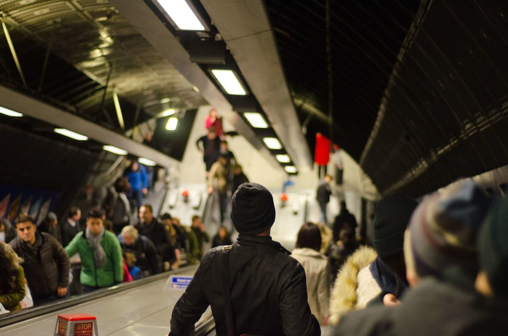 commuters-crowd-escalators-32265.jpg