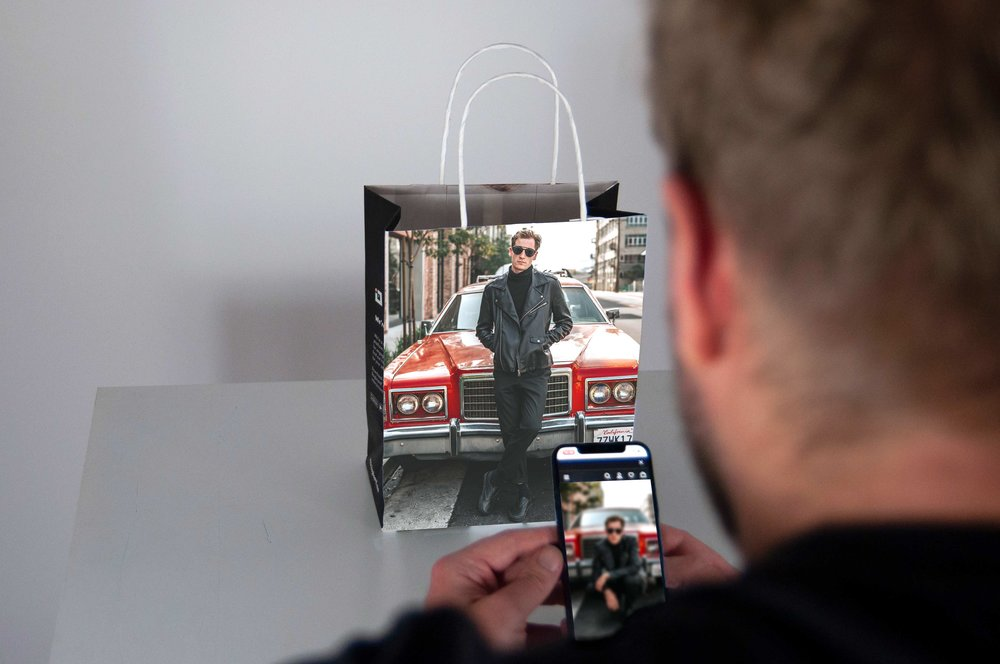 The best of out-of-home with the best of digital - Each of our premium, eco-friendly, reusable bags gives people an incentive to engage using the Bagboard app. When they hold up their phone to the bag, our clever tech showcases augmented reality. And every time people choose to engage, they are rewarded with plastic offsetting. Everyone wins.