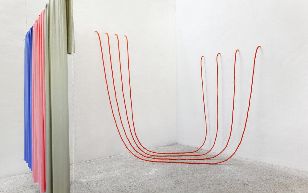 Flexible Stuff | Textil, Isolierschlauch, Bleiband, Holz | 320 x 410 x 370 cm | 2017 | ©GALERIE ALBER