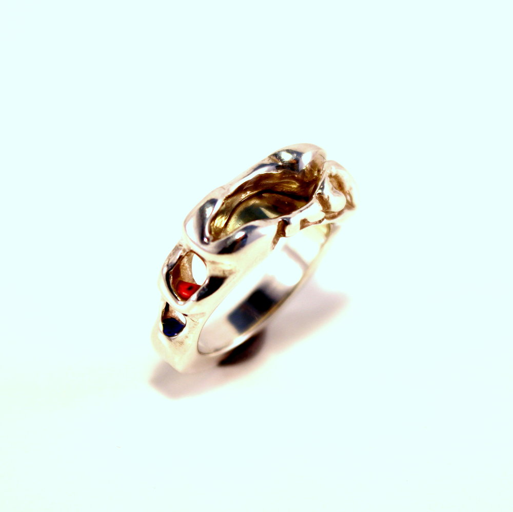 gegoten zilveren ring met goud en emaille
