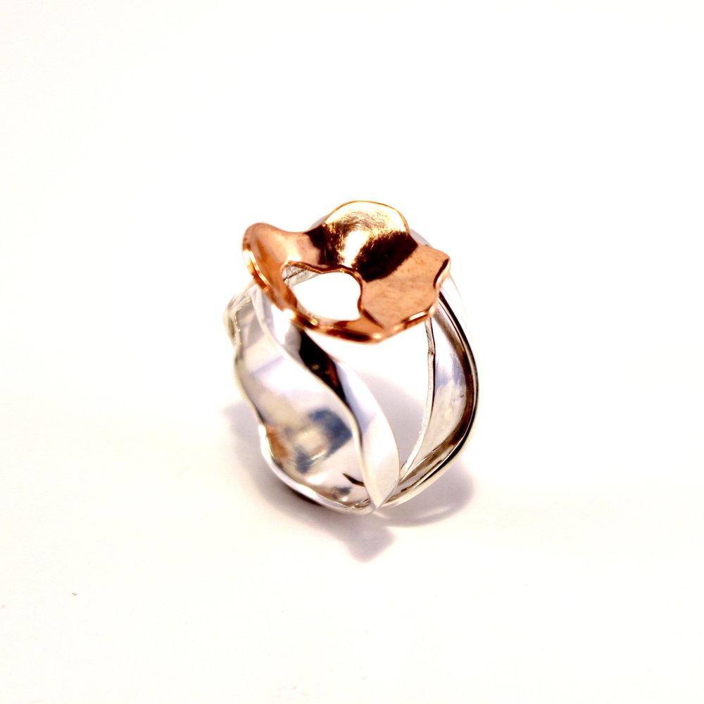 zilveren ring met koperen bloem