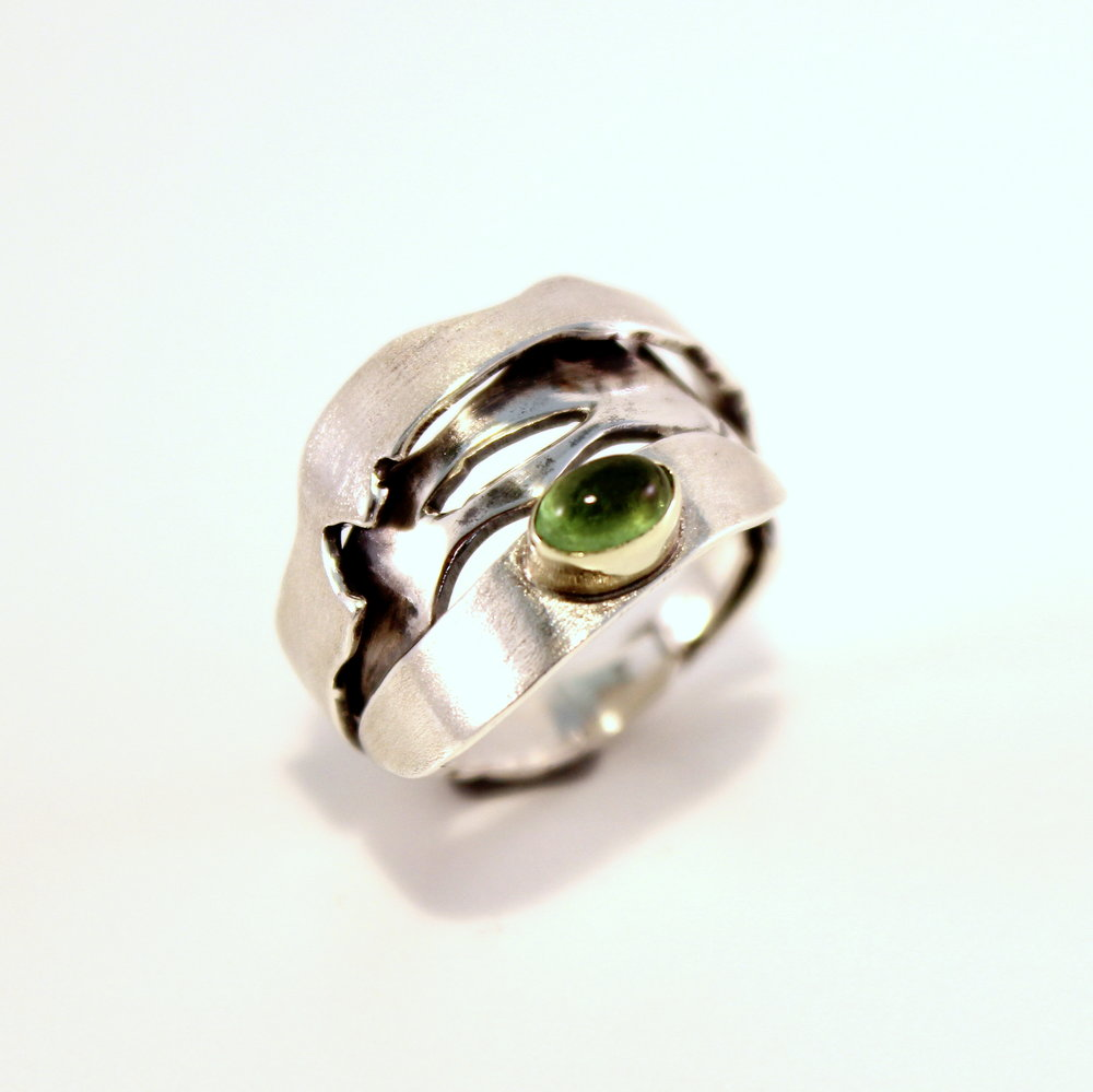 brede zilveren ring met goud en toermalijn