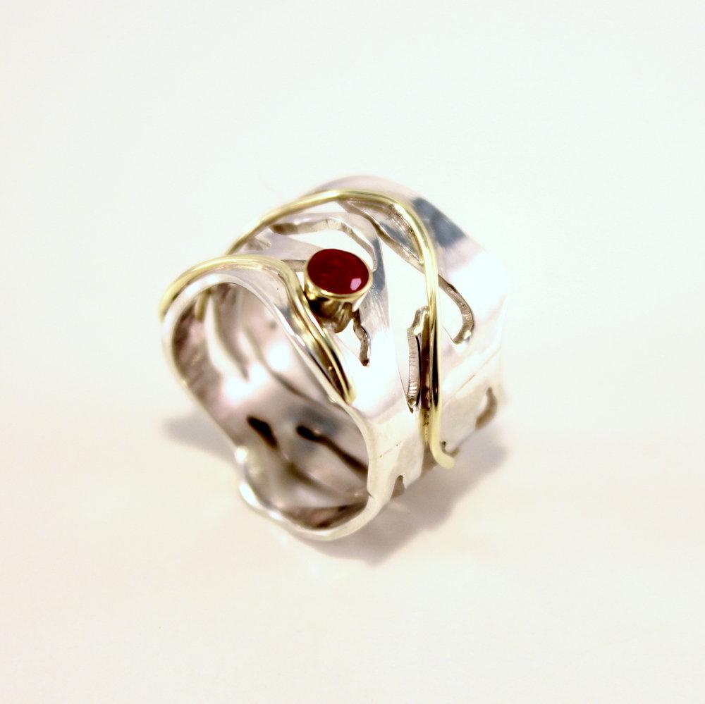 brede opengewerkte ring met goud en robijn