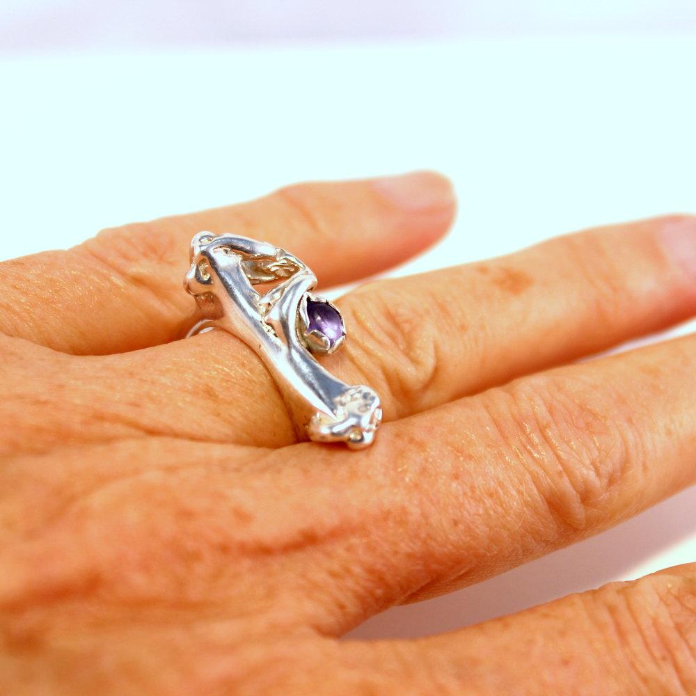 gegoten zilveren ring met tanzaniet