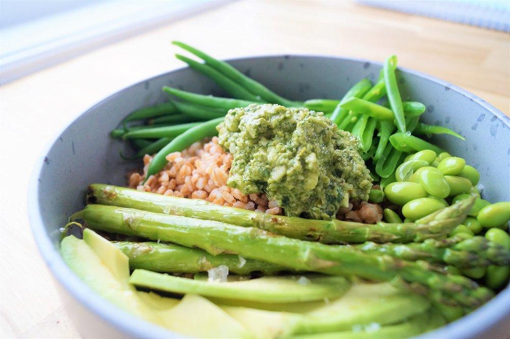 supergrønn salat med valnøttpesto