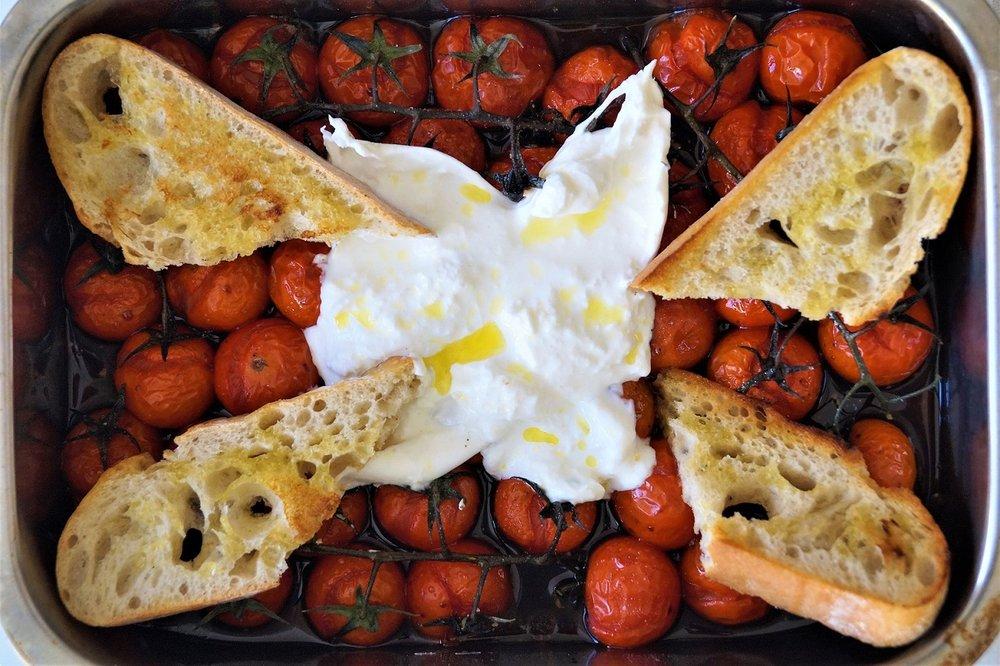 Ovnsbakte cherrytomater med burrata
