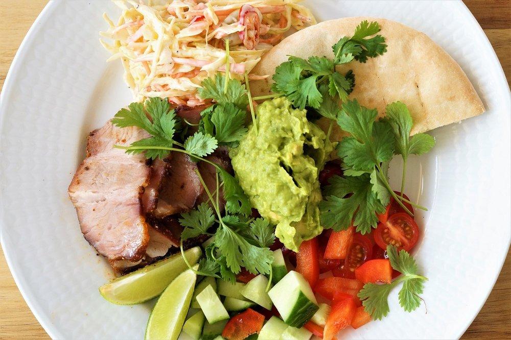 «Dry-rubbed» svinenakke med chili coleslaw