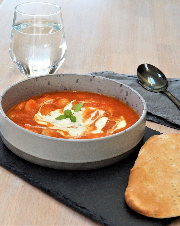 Barnevennlig Tomatsuppe med sitron og basilikumkrem