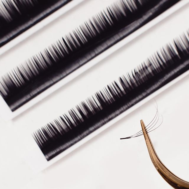 What's the difference between classic and volume lashes?  Classics are individually applied to your natural lashes as a 1:1 application, giving the appearance of an individual mascara look. Volumes use finer extensions, applying 2-6 extensions to every individual natural lash - giving the appearance of fuller and thicker lashes. 🙌⠀