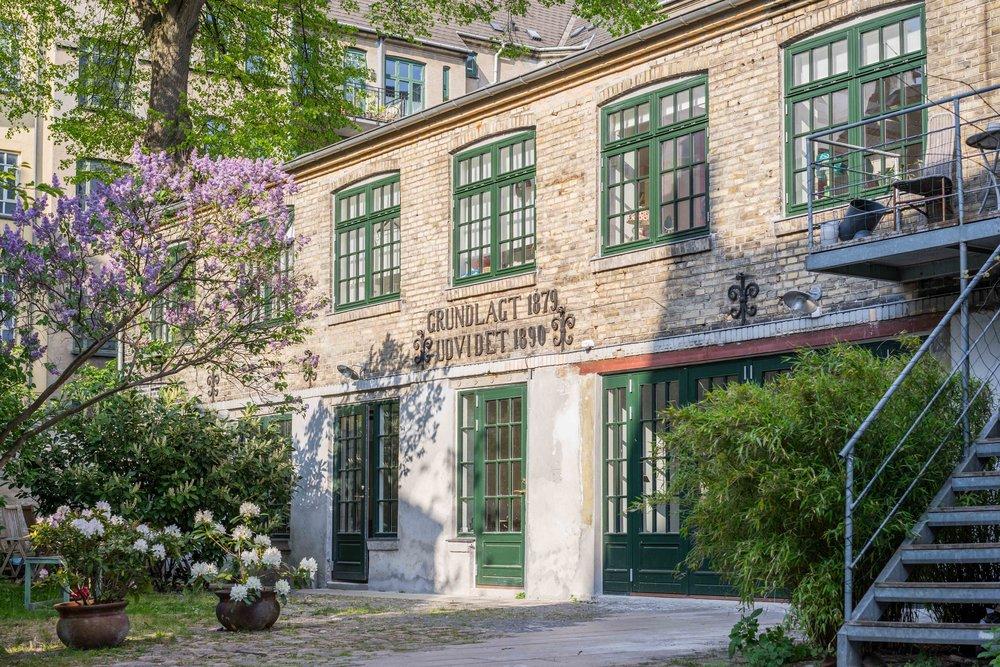Her holder jeg til - Jeg har kontor i et hyggeligt baghus på Frederiksberg. Her tager jeg imod kunder og klienter.