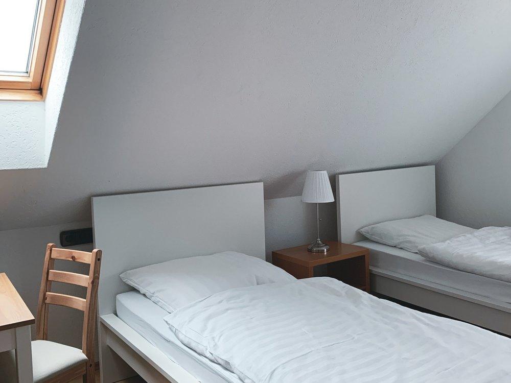 Einzelzimmer - (Doppelzimmer, das als Einzelzimmer genutzt wird)Bei 1 Übernachtung (inkl. 18,00 € Zuschlag) 60,00 € p. ZimmerAb 2 Übernachtungen 50,00 € p. ZimmerAb 4 Übernachtungen 39,00 € p. ZimmerAb 15 Übernachtungen 29,00 € p. ZimmerAb 25 Übernachtungen und mehr 22,00 € p. Zimmer