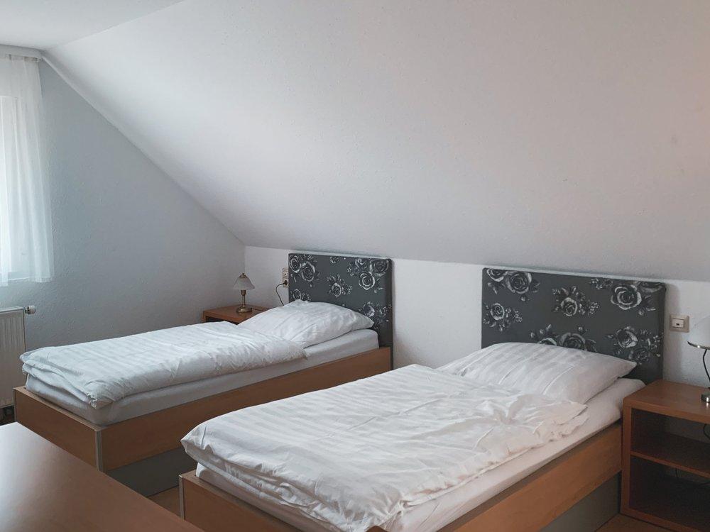 Doppelzimmer - Bei 1 Übernachtung (inkl. 18,00 € Zuschlag) 78,00 € p. ZimmerAb 2 Übernachtungen 60,00 € p. ZimmerAb 4 Übernachtungen 50,00 € p. ZimmerAb 15 Übernachtungen 39,00 € p. ZimmerAb 25 Übernachtungen und mehr 35,00 € p. Zimmer