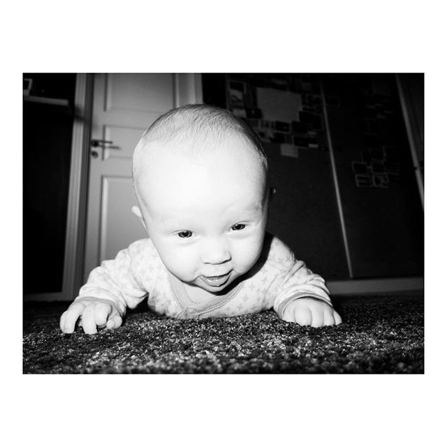 #familytime #fooling around on the floor with the #baby :) . . . #office #40hours #personalproject about #everydaylife #visualstorytelling #bnwphotography #blackandwhitephoto #light #instagood #everydaylife #sky #repeate #mindingmybusiness #photooftheday #burnmagazine #burndiary #magnumphotos #reallife #photography #documentaryphotography #familyphotography #liveforthestory