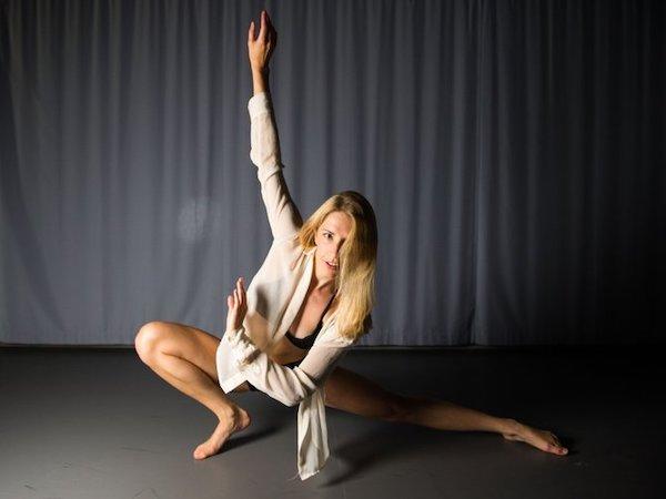"""Naomi Donner  är proffsdansare och har examen från den 3-åriga Yrkesdansarutbildningen på Balettakademien i Göteborg. Hon har även gått en 1-årig fulltidsutbildning på Danscenter i Stockholm. Gymnasieåren gick Naomi på Victor Rydbergs 3-åriga danslinje. Hon har också har gjort koreografi till turnén """"Sinatra hundra år"""". Hon har även dansat på Melodifestivalen, Lotta på Liseberg samt på Lena Ph:s """"Min Drömshow"""". Naomi är full medlem i Sveriges Dansorganisation SDO med domarkompetens på Svenska tävlingar. Naomi är SM-mästare i Modernt solo 2016 och tog hem silver på SM i Jazzdans solo 2016 (bästa tjej). Naomi är ansvarig för tävlingsgrupperna och lär ut teknik, modern dans, jazzdans, showdans och disco på Showdansskolan FLEX."""