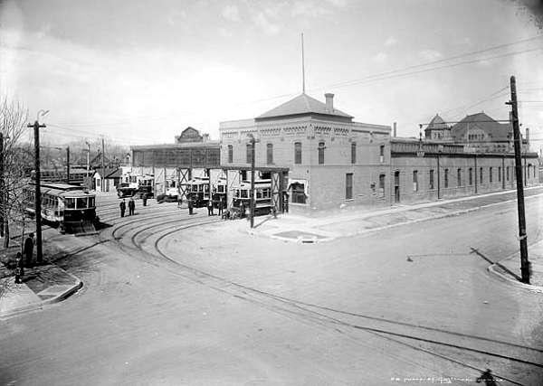 East Car Barn del Denver Tramway Center, donde se encontraban muchos de los tranvías que servían al centro y al este de Denver.