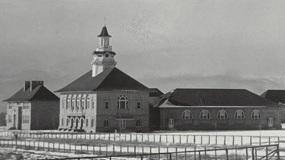 George W. Clayton Trust & College, establecido en 1911, ahora conocido como el Centro de Aprendizaje Temprano Clayton.