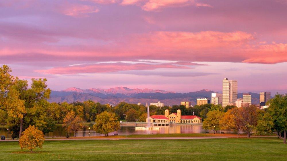 Parque de la ciudad al amanecer.