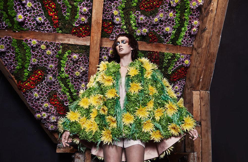 edwin oudshoorn - the manor blooms - meisje bij bloemenwand.jpg