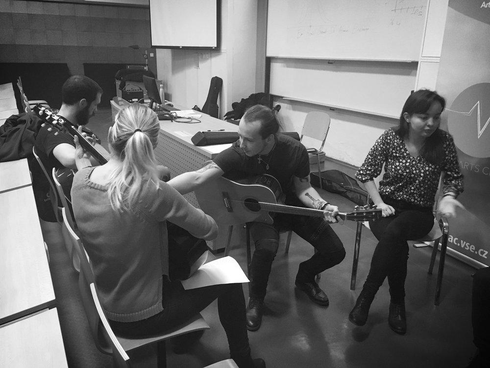 Jak začít hrát na kytaru - 27. 11. 2018 - Vysoká škola ekonomickáVe spolupráci s All Arts Club