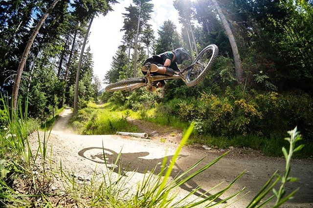 @begm3016 slaying some mini tables @skylinemtb on the weekend. @looseridersnz . . #mountainbike #mountainbiking #downhill #table #destinationnz #newzealand #queenstown #mtb #goodtimes #mtbing #bikes #bikestagram #yew #steeze #downhillmtb #neverstopexploring #rockymountainbikes