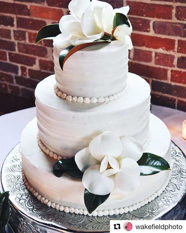 #Repost @wakefieldphoto ・・・ Nothing like perfect magnolias for a perfectly southern wedding cake 😍