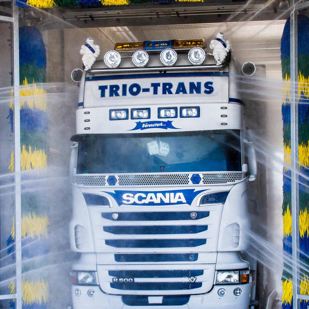 höchste Ansprüche - Nicht nur durch unzählige Frischwaren-Transporte, sondern auch durch die tiefe Verbundenheit zu unseren (Show-)Trucks haben wir im Laufe der Jahre immer wieder neue Standards in Bezug auf Sauberkeit und Hygiene gesetzt. Mit dem Bau eines firmeneigenen LKW- und Silo-Waschparks führen wir unsere Verpflichtung weiter fort, auch in Zukunft höchsten hygienischen Ansprüchen zu genügen.