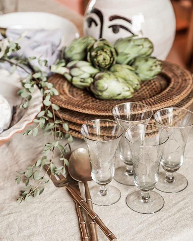 Dinner preparations with @casarosaceramics 🥦 ................................................... #ceramics #casarosacermamics #handmade #interior #mallorca #vintage #tablesetting #artichokes