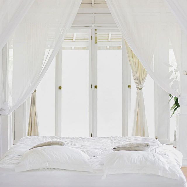 Serious question: How do you keep white sheets white?⠀ ⠀ The Rules of White Bedding ⠀ ⠀ https://www.racked.com/2016/6/17/11895620/white-bedding-clean-stains-wash