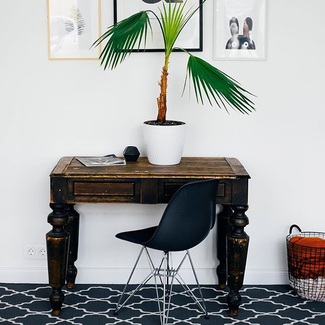 Awkward is the new cool. Embrace that small corner, uneven nook, or shallow mantel with these stylish tricks that will make you wish you thought of them sooner.⠀ ⠀ Stylish Solutions for Awkward Spaces ⠀ ⠀ https://www.bhg.com/decorating/lessons/basics/awkward-space-solutions/