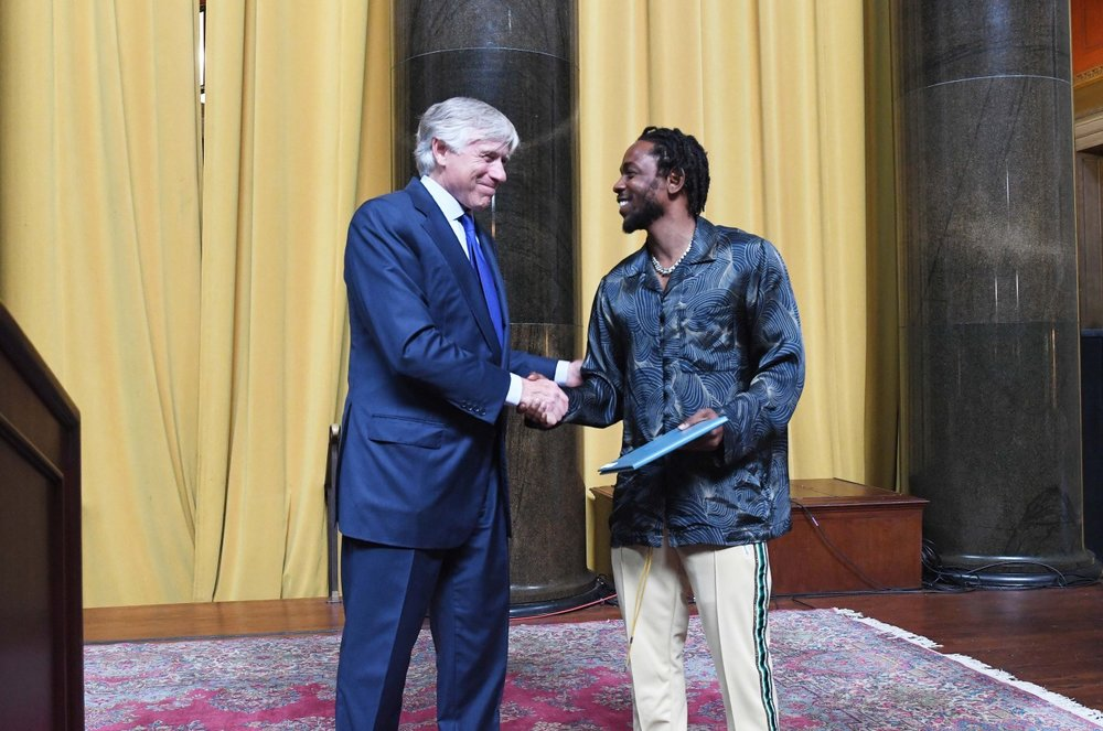 Kendrick Lamar accepts the 2018 Pulitzer Prize for Music from Columbia University President Lee Bollinger. (Photo: Eileen Barroso/Columbia University)