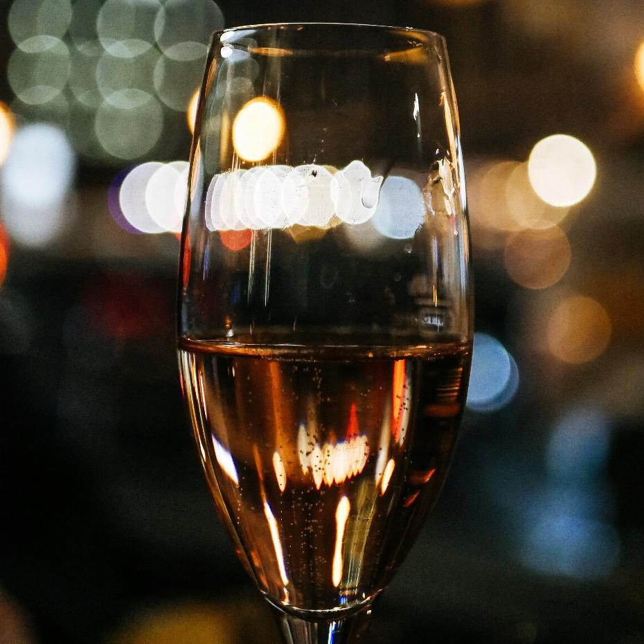 """Nos Récompenses - """"Nous nous efforçons chaque jour d'apporter à nos champagnes le plus grand soin pour atteindre une qualité exceptionnelle à chaque cru. Vous retrouverez sur cette page nos différentes citations et nos médailles, fruits de notre travail et gages de reconnaissance au sein du monde vinicole"""".- Elisabeth & Caroline -"""