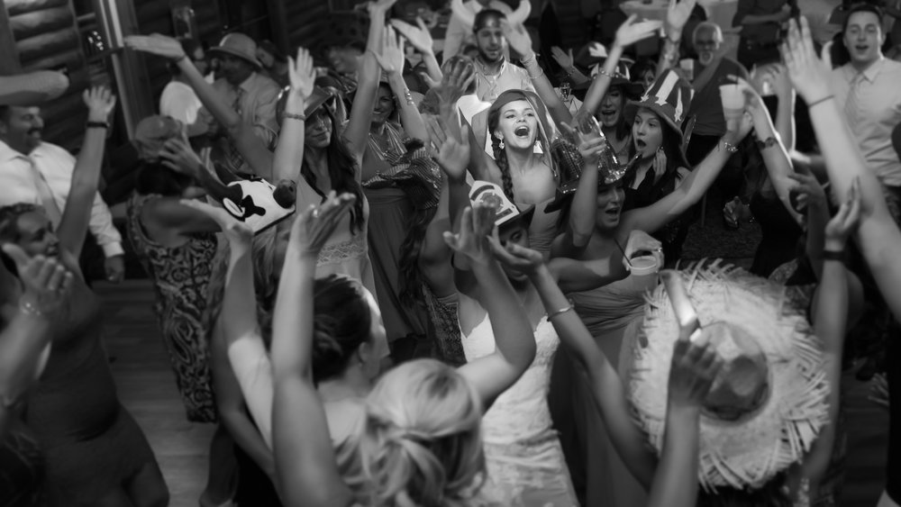 Crowd-dancing-at-wedding-mayernik-1.jpg