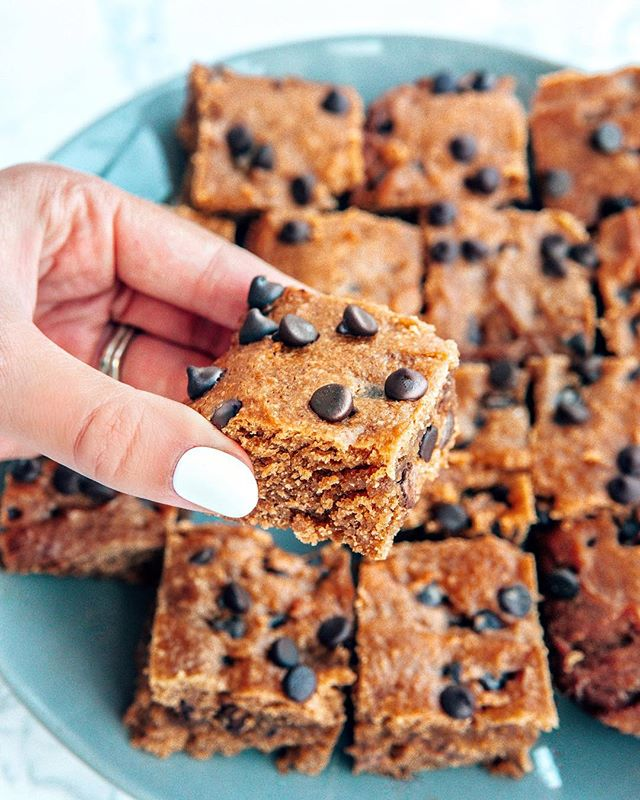 YOU GUYS! 🤤 These sugar-free Chocolate Chip Peanut Butter Blondies are my newest addiction! 🥜 They are sooo moist you are going to die! I've teamed up with @lilys_sweets_chocolate #sponsor (a.k.a my favorite chocolate on earth 😏) to create these bad boys for their 21-day No Sugar Added challenge! I'm seriously so excited about this! It all starts on January 21st so make sure to sign up because they will be sharing tons of amazing no sugar added recipes and giving away huge boxes of chocolate & other goodies! SIGN UP for the challenge at www.lilyssweets.com/pages/promo and CLICK THE LINK in my bio to get the recipe for these yummy blondies! #lilyssweetschallenge #lilyssweets . . . . . #ketorecipe #healthyfood #cleaneats #sugarfree #nosugar #iquitsugar #healthyrecipes #lowcarb #glutenfree #dairyfree #keto #ketofood #ketodiet #ketotransformation #lowcarbdiet #paleo #ketodessert #lowcarbdessert #sugarfreedessert #glutenfreedessert #dairyfreedessert #peanutbutter #peanutbutterblondies #healthydessert #peanutbutteraddict