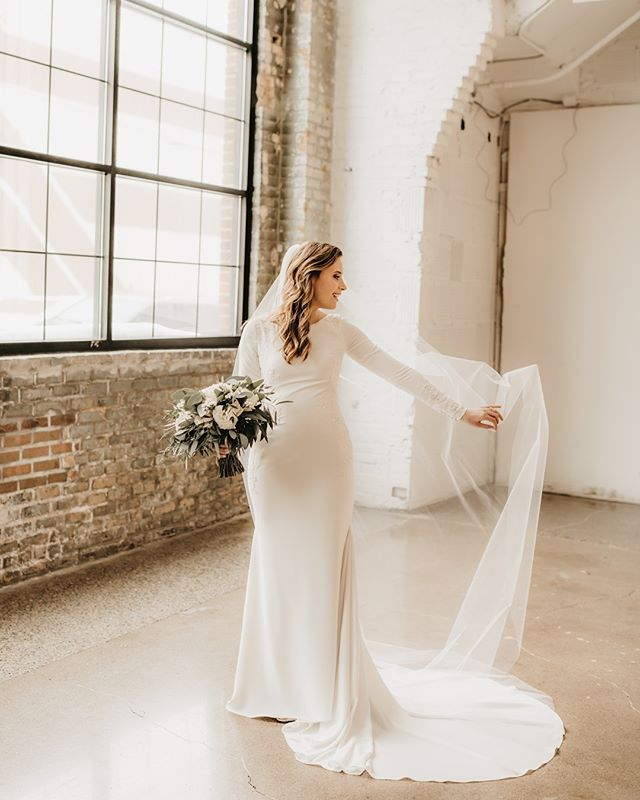This day was just so inspiring  from start to finish. Paikka is what all of our design dreams are made of. Lauren and Eric shared the most incredible day there. So much love, faith and beauty within these walls guys ✨ Check it out and please, please swipe!!!