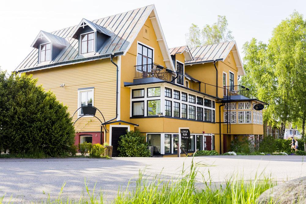 Sekelskifteshus - Pensionat Neptun har varit verksamt som Pensionat sedan huset byggdes 1909. Sedan 2014 har hela huset varsamt renoverats för att plocka fram husets forna glans och skapa ett unikt boende med personlighet och charm där inget rum är det andra likt.