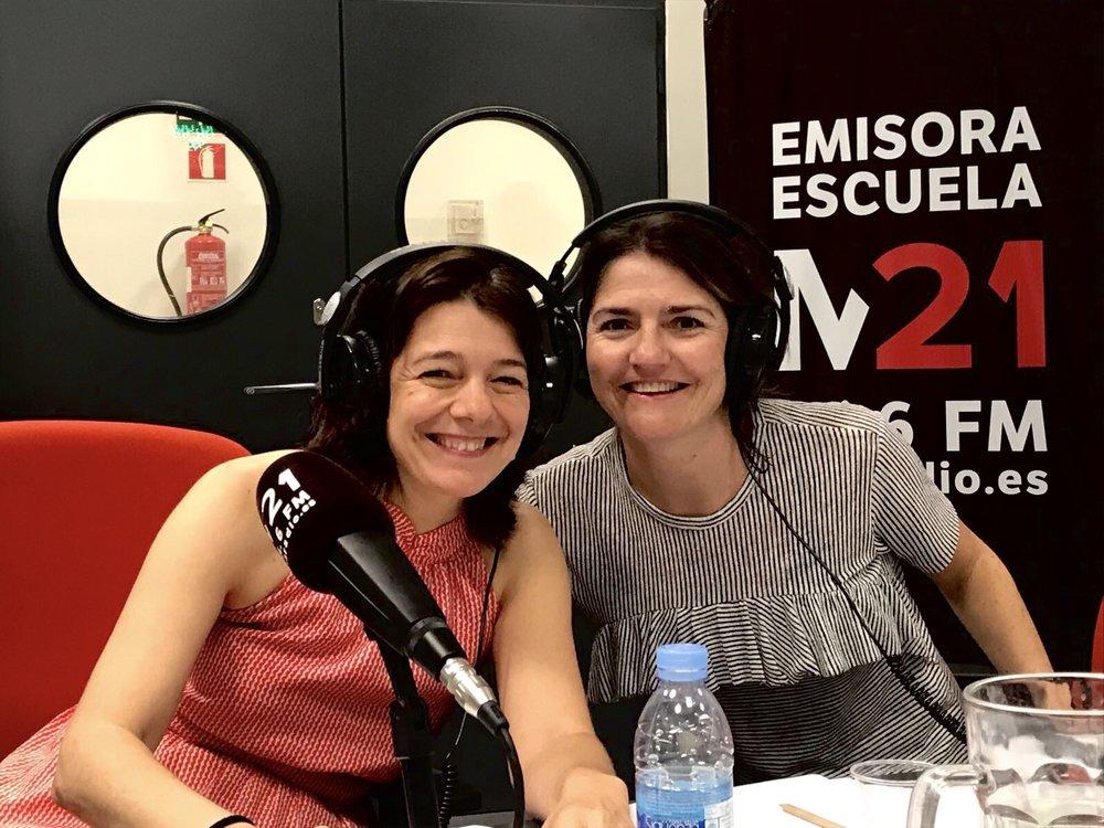 """Emisora Escuela M21 radio - Llevo la sección de """"empresas con alma""""en el programa Objetivo empleo de M21 proponiendo empresas y personas que tienen mucho que contar por su trayectoria personal y profesional dentro del mundo del emprendimiento con innovación.En la foto con Belén Perez Castillo, directora del programa."""