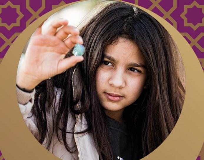 månestenen - En fortælling skrevet til børnenes u-landskalender 2018, om en syrisk flygtningepige og hendes familie som forsøger at skabe sig et liv og en fremtid i naboblandet Jordan.
