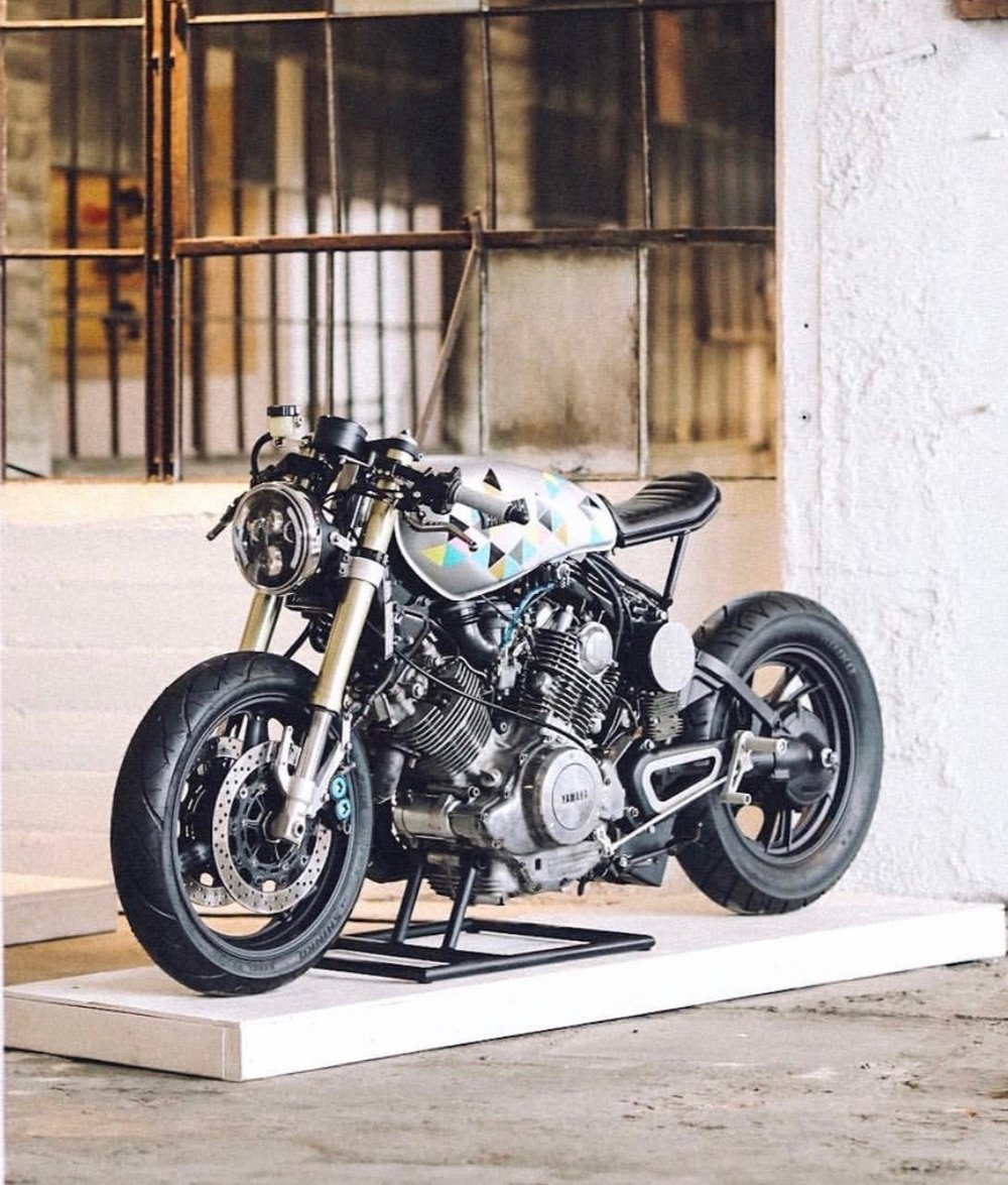 de stijl moto 1983 XV750 with R6 rear shock conversion