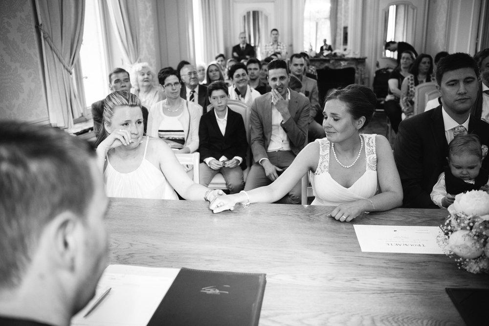 bruid en zus huwelijksceremonie