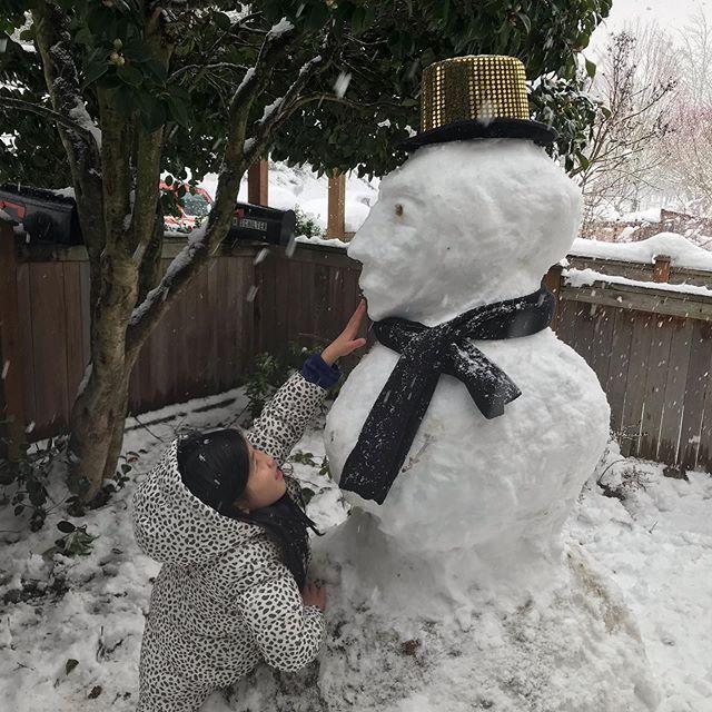 That hat doesn't fit though! #doyouwannabuildasnowman #snowpocalypse #seattlesnow #snowday #noschooltoday