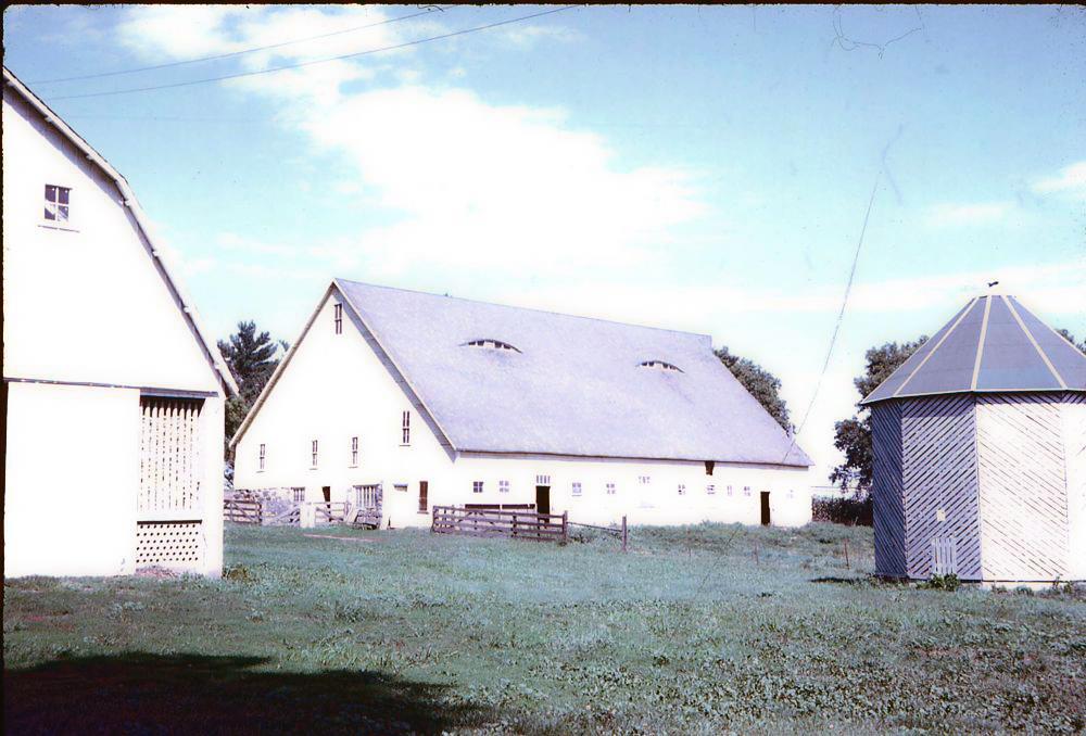 Follinglo barn (center), with corncrib (left)
