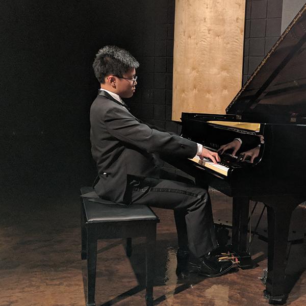 Vincent Yang , piano