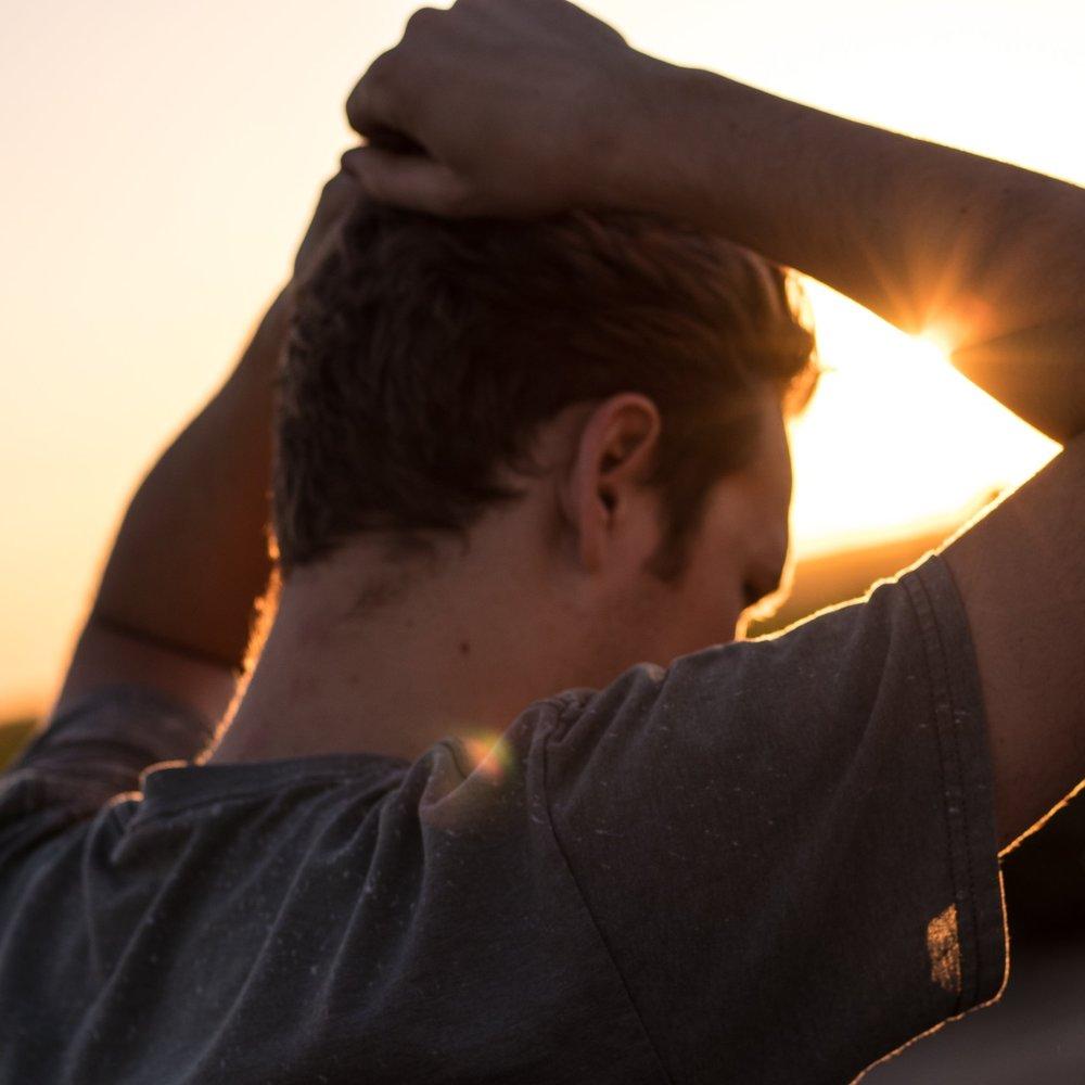 Verlatingsangst - Als je last hebt van verlatingsangst ben je daar zelf meestal totaal niet van bewust omdat je juist een sterke wens hebt tot verbinden en ook voelt dat je daartoe in staat bent. Maar stel je jezelf werkelijk open en ben je werkelijk beschikbaar? Je wilt erin geloven dat je klaar bent voor een langdurige relatie maar je kiest (onbewust) voor partners die eigenlijk niet beschikbaar zijn.