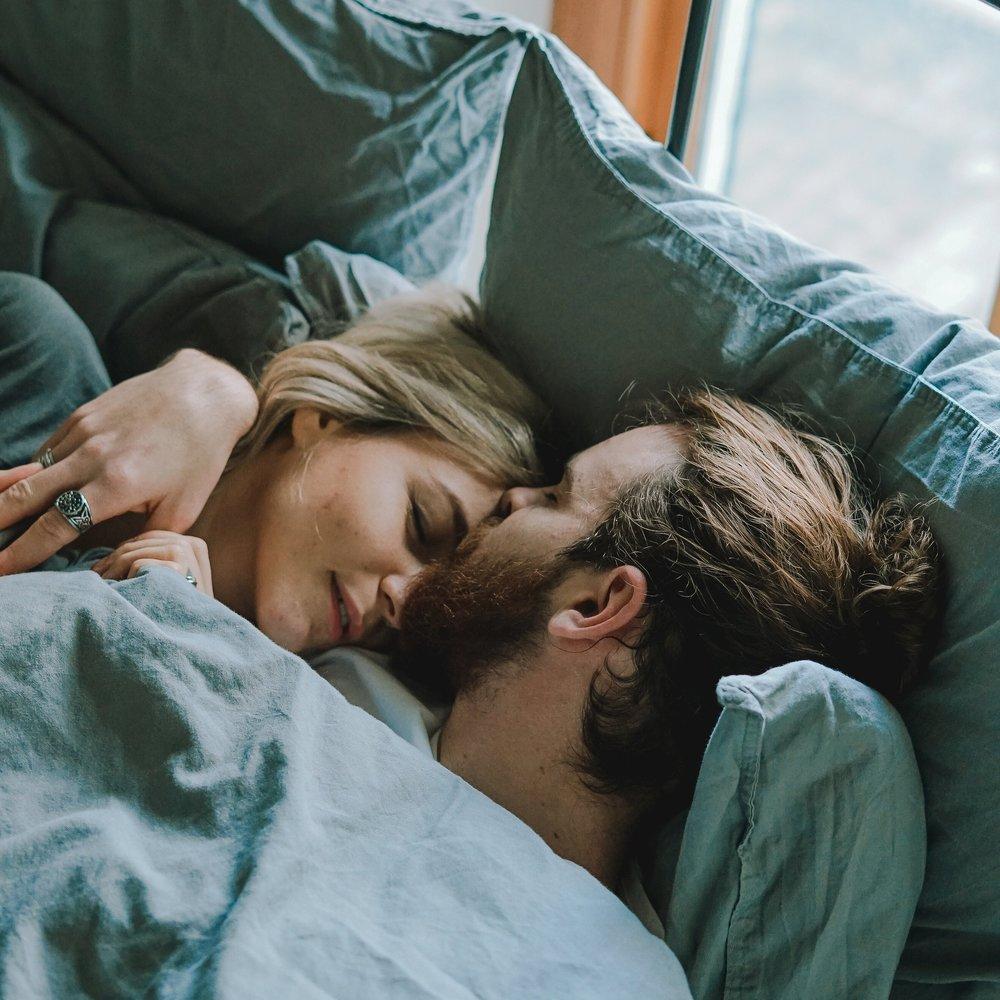 Seksualiteit - De meest gestelde vragen over seksualiteit in de relatie gaan over onzekerheid met betrekking tot de frequentie, over het geen opwinding meer kunnen ervaren en het verschil tussen de partners in zin hebben in seksualiteit. Er heerst nogal een opvatting dat als de seksualiteit niet goed is, de relatie ook niet goed is. Dat is erg kort door de bocht. Seksualiteit is een onderdeel van de relatie, een kwetsbaar onderdeel want je geeft jezelf letterlijk bloot aan de ander.
