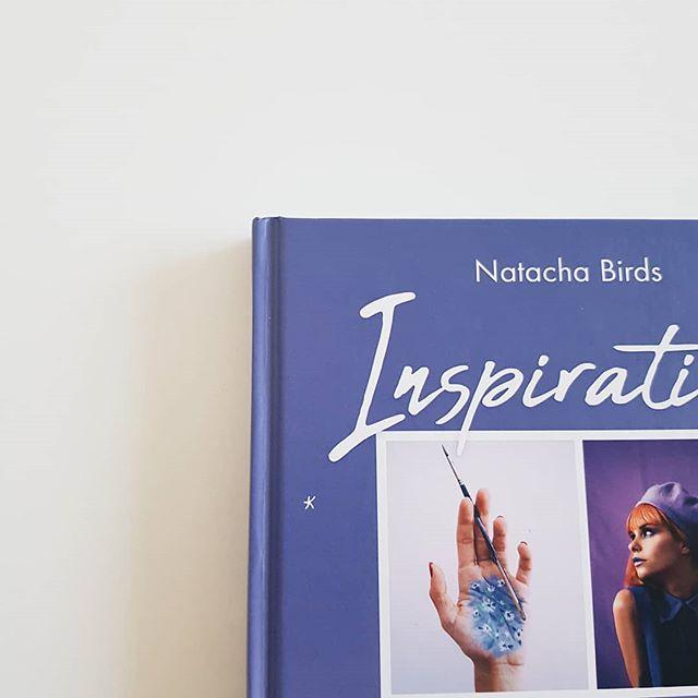 Qu'est ce qui vous empêche de vous ouvrir à l'utopie ? - Natacha Birds  Écoute tout d'abord merci @natachabirds, merci pour tes mots, tes photos, ton arts, ton univers, ton inspiration, ton être. Lire ton livre est tellement merveilleux. J'aime tellement ce type d'ouvrage, où chaque page est magique et riche.  Je suis à la page 70, je ne veux pas finir ton livre. Alors je lis chacune des pages, en espérant un second ouvrage de ta part.  Je ne veux pas le finir et en même temps je souhaite connaître tout ce qu'il contient.  Merci encore.  Pour tout ce que tu partages.  Merci. ◾◾◾◾◾◾◾◾ 🌖 Je suis esthéticienne, prothésiste ongulaire, coach et formatrice. ☀️ Representante marque #Lasultanedesaba 📩 Pour tout renseignement : Instadirect / mail : heycocoon@naver.com 💫 Consultation de 30 min Coaching/ Détermination de votre type de peau GRATUITE. ◾◾◾◾◾◾◾◾ Crédit photos : Moi-même. #inspirationsnatachabirds #book #livre #review #purple #violet #art #picture #creator #style #lifestyle #entrepreneursuccess #thankfullness #utopie