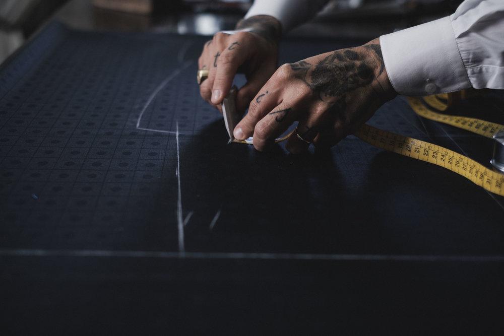"""""""0s detalhes não são os detalhes. Eles fazem o design."""" - Entre métricas de amor, cortes firmes, ponto a ponto, entretelas e agulhas criam-se detalhes que acentuam a diferença. Pormenores que, de tão grandes, transformam o conjunto em excelência e vão mais além... o lenço na lapela, a camisa impecavelmente cortada, as luvas macias forradas a caxemira, o chapéu altaneiro ou os botões de punho que se querem sempre desabotoáveis, sendo costume deixar o último fora da casa em sinal de que a farpela foi feita por medida..."""